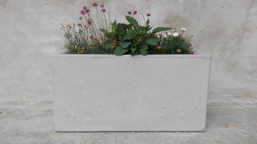 donica z betonu z roślinami