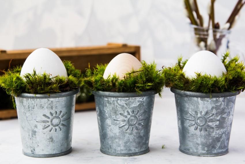 jajka w metalowych kieliszkach
