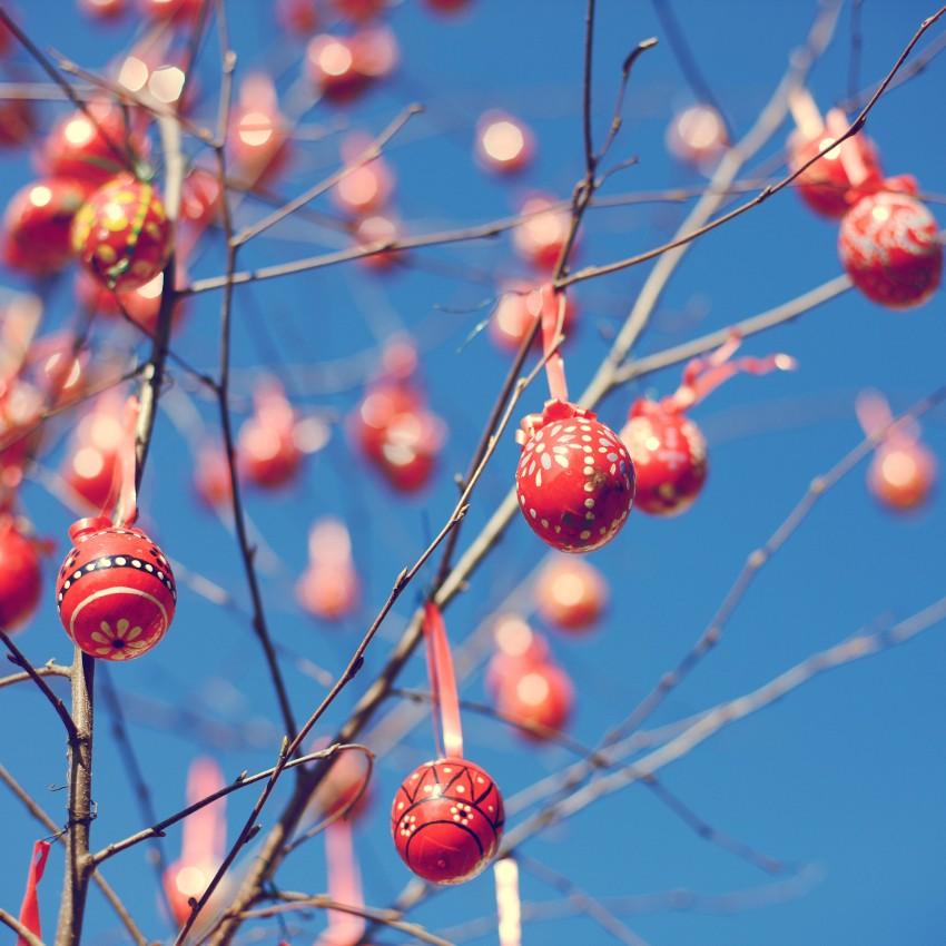 wielkanocne jajka na drzewie