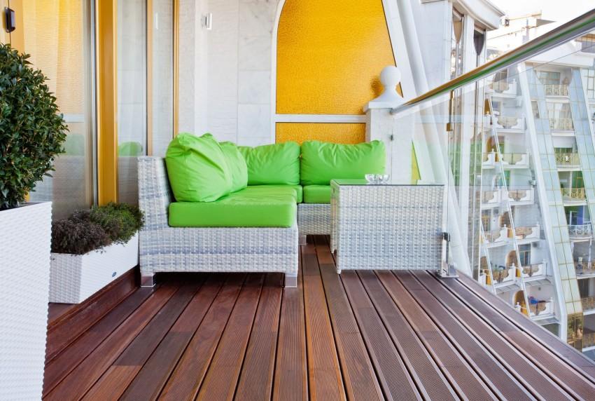 meble z białego technorattanu na balkonie